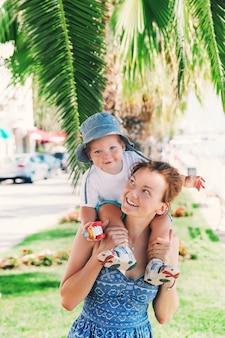 Glückliche familie im sommer auf dem hintergrund des palmenblattes in zadar kroatien