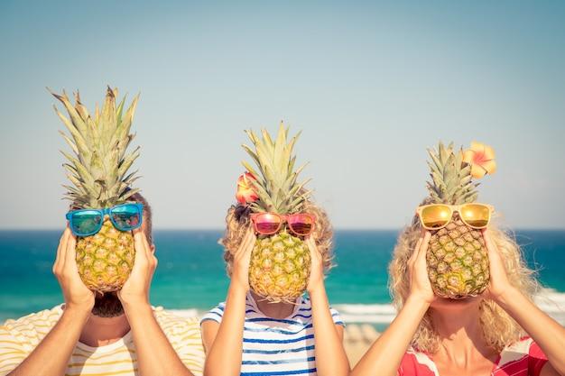 Glückliche familie im sommerurlaub menschen, die spaß am strand haben gesunde ernährung lebensstil