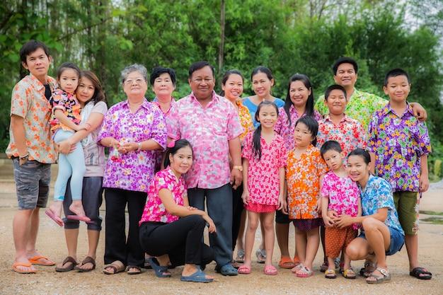Glückliche familie im songkran festival