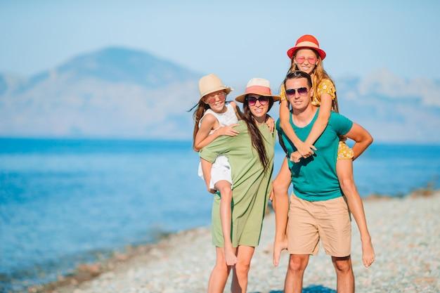 Glückliche familie im urlaub, die den blick auf die berge genießt