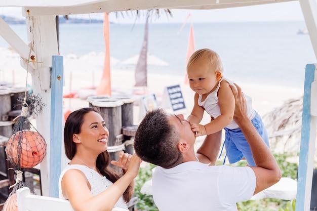 Glückliche familie im urlaub mit kleinem baby