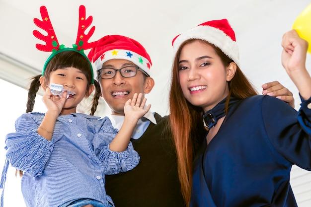 Glückliche familie im urlaub und weihnachten