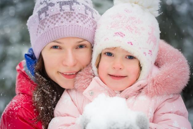 Glückliche familie im winter im freien