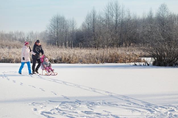 Glückliche familie im winterpark