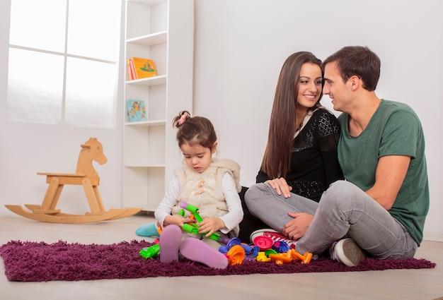 Glückliche familie im zimmer