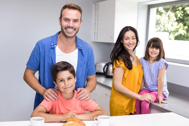 Glückliche familie in der küche