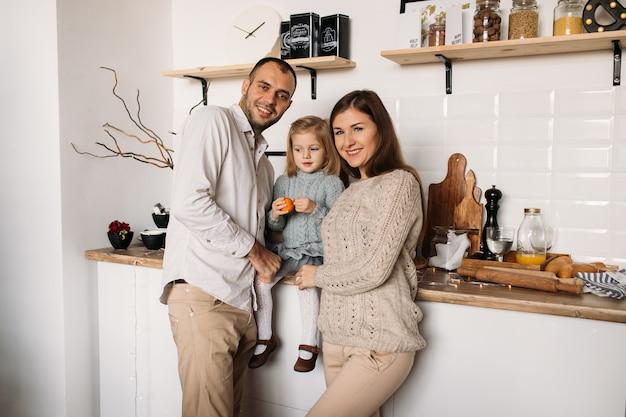 Glückliche familie in der küche.