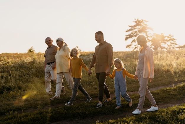 Glückliche familie in der natur voller schuss