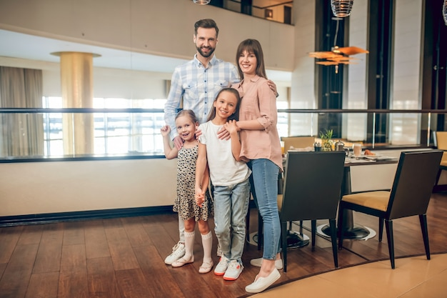 Glückliche familie. junge süße familie stehend und glücklich aussehend