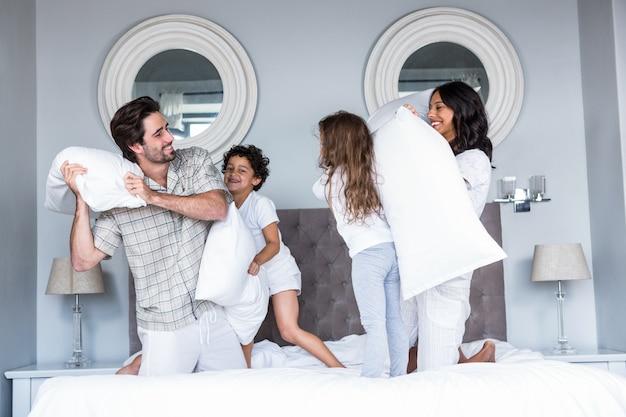 Glückliche familie kissen kämpfen