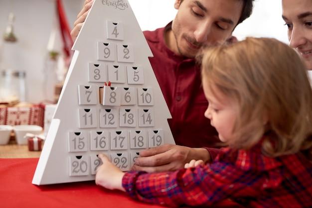 Glückliche familie mit baby in der weihnachtszeit