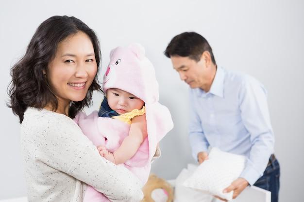 Glückliche familie mit baby zu hause