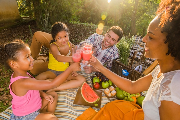 Glückliche familie mit einem picknick Kostenlose Fotos