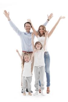 Glückliche familie mit erhabenen händen oben lokalisiert auf weißem hintergrund