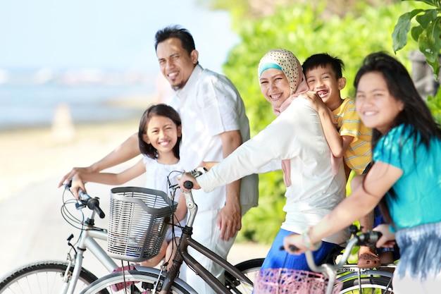 Glückliche familie mit fahrrädern