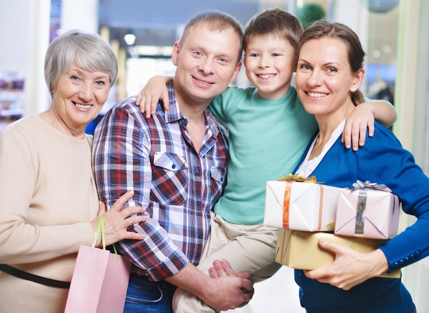 Glückliche familie mit geschenke