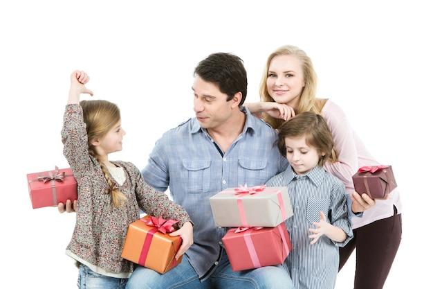 Glückliche familie mit geschenken lokalisiert auf einem weißen hintergrund.