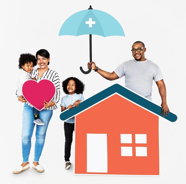 Glückliche familie mit hausversicherung