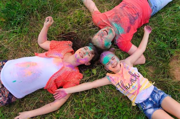 Glückliche familie mit holi gemalten gesichtern
