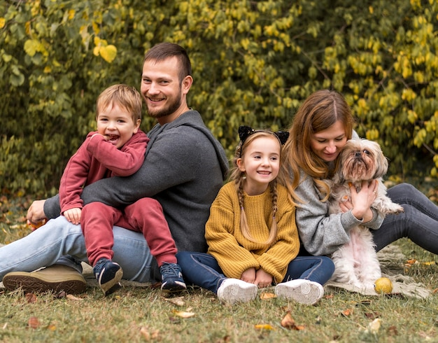 Glückliche familie mit hund im freien