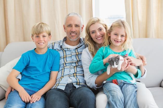 Glückliche familie mit ihrem haustierkätzchen