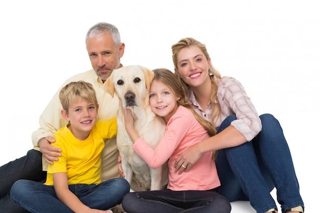Glückliche familie mit ihrem schoßhund