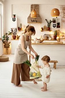 Glückliche familie mit ihren kindern, die in der küche kochen