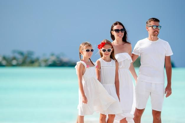 Glückliche familie mit kindern am strand zusammen