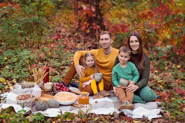 Glückliche familie mit kindern, die picknick in der natur haben