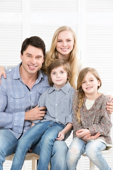 Glückliche familie mit kindern zu hause