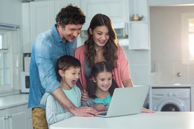 Glückliche familie mit laptop