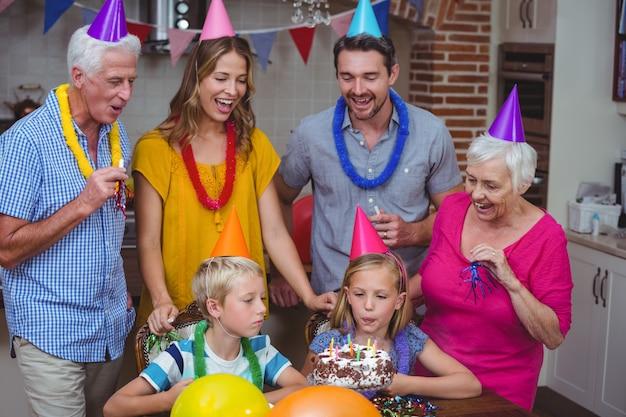 Glückliche familie mit mehreren generationen, die geburtstag feiert