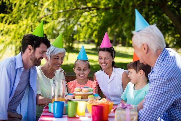 Glückliche familie mit mehreren generationen, die geburtstagsfeier feiert