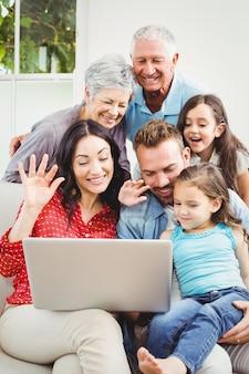 Glückliche familie mit mehreren generationen mit laptop