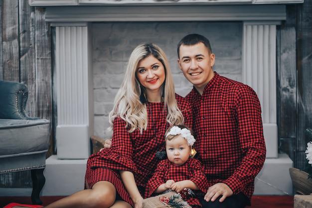 Glückliche familie mit seiner kleinen tochter zusammen