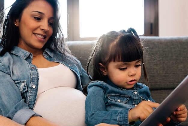 Glückliche familie mit tablet zu hause.