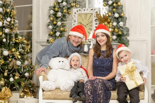 Glückliche familie mit weihnachtsgeschenken. urlaubskonzept