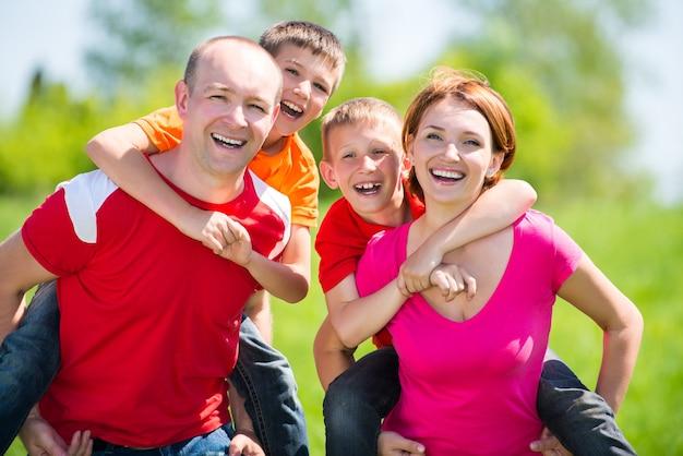 Glückliche familie mit zwei kindern auf natur - glückskonzept