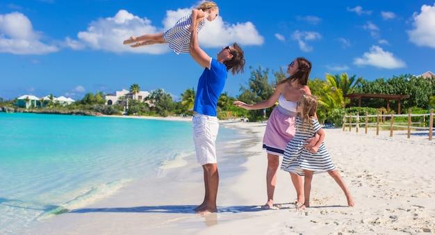 Glückliche familie mit zwei kindern in den sommerferien