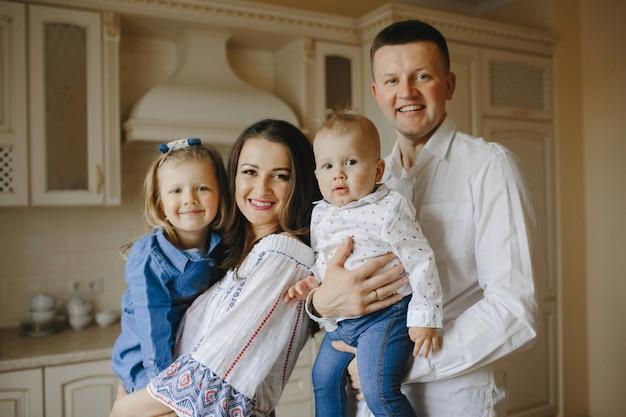 Glückliche familie mit zwei kindern in der küche