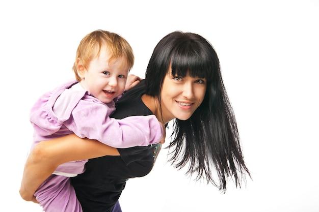 Glückliche familie. mutter hält ihr baby isoliert