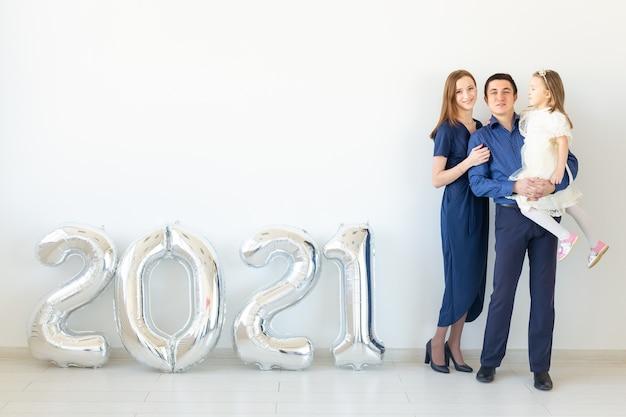 Glückliche familie mutter und vater und tochter feiern neues jahr