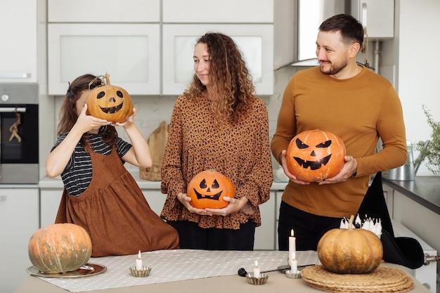 Glückliche familie mutter vater und tochter feier von halloween zu hause