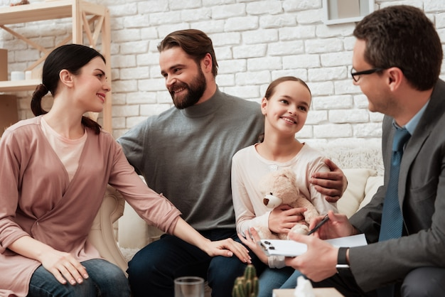 Glückliche familie nach psychologischer beratung