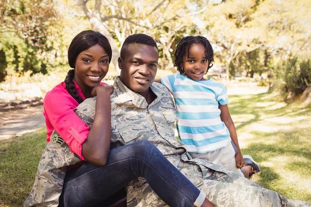Glückliche familie posiert zusammen