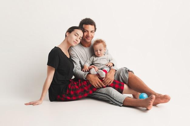 Glückliche familie posiert