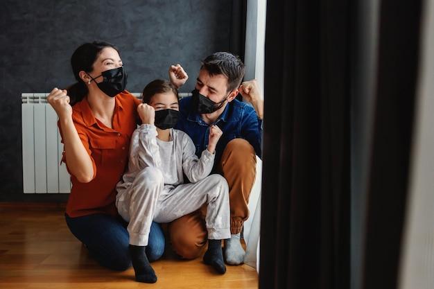 Glückliche familie schlagen coronavirus
