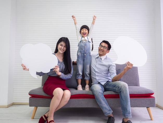 Glückliche familie tut tätigkeiten zusammen mit leerem zeichen, familienkonzept