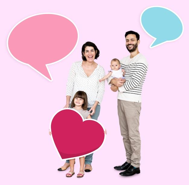 Glückliche familie, umgeben von sprechblasen