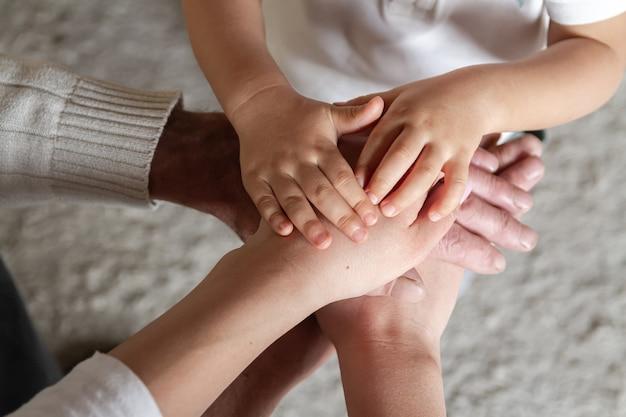 Glückliche familie und unterstützung für das konzept älterer eltern